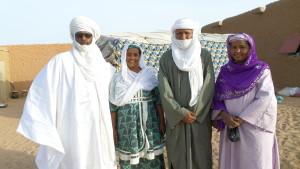Mohamed sa femme avec la famille d'accueil